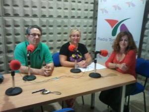 Juan Ortega, Marisol Gutiérrez y Juana Peragon en el estudo de Radio Torredelcampo